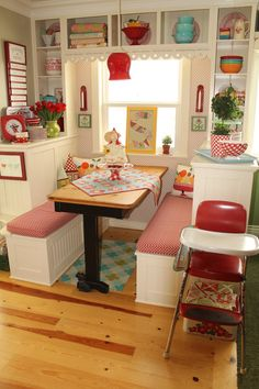 20 Lovely Retro Kitchen Design Ideas - Interior Design Ideas & Home Decorating I., 20 Lovely Retro Kitchen Design Ideas - Interior Design Ideas & Home Decorating I. Kitchen Retro, Vintage Kitchen Decor, New Kitchen, Retro Kitchens, Kitchen Ideas, Kitchen Banquette Ideas, Colorful Kitchens, Quirky Kitchen, Rooster Kitchen