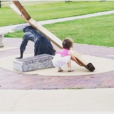 """Nothing is more beautiful than to see a little girl who sees Jesus in need of help and says """"oh no Jesus needs help"""" and then tries to take up the cross. just the pure innocence of a child. Catholic Art, Catholic Saints, Religious Art, Jesus Help, God Jesus, Religious Pictures, Jesus Pictures, Jesus Lives, Jesus Loves You"""