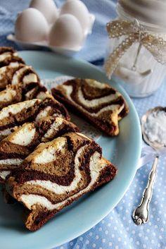Sokszor előfordul, hogy marad a sütésből tojásfehérje. Kidobni nem szokás, felhasználni pont akkor nem tudjuk vagy nem akarjuk. Ilyenkor eltesszük és várjuk amíg összegyűlik annyi, hogy egy adag sütem Hungarian Cuisine, Hungarian Recipes, Yummy World, Winter Food, Coffee Break, Sweet Recipes, Cupcake Cakes, Bakery, Food And Drink