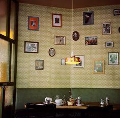 Berlin – Café Datcha in Friedrichshain kadertjes... de lamp...