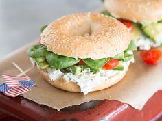 Avocado-Frischkäse-Bagel - der herzhafte Sandwich-Kringel
