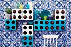 """Nei portabottiglie autoportanti di Corvasce Design i colori si incontrano e si mixano col profumo di un buon vino da bere in compagnia: crea la tua personalissima """"cantina"""" componendo forme e nuances. #corvascedesign #corvasce #design #cardboard #vino #portabottiglie #interior"""
