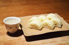 【白いとうもろこし】近所の八百屋「ワンドロップ」さんでみつけた「白いとうもろこし」という名前のとうもろこし。娘のかじりつきぶりがすごくて、その果物のような甘さが伺えます。北海道で食べたとうきびのことを思い出しながら、盃とともににっこり。今日のお酒は、三重・清水清三郎商店の「作(ざく)」です。
