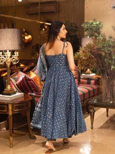 Simple Kurta Designs, Kurta Designs Women, Stylish Dress Designs, Stylish Dresses For Girls, Blouse Designs, Casual Indian Fashion, Indian Fashion Dresses, Dress Indian Style, Indian Outfits