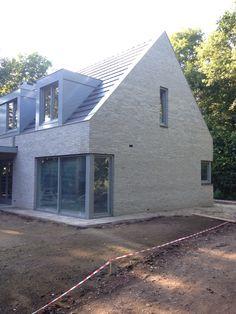 Grijze gecementeerde gevelsteen rainbow zilver van crh clay solutions. Bungalow Extensions, House Extensions, Roof Design, Exterior Design, House Design, Arch House, Facade House, Reforma Exterior, Dormer Bungalow