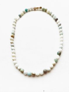 Halskette aus Halbedelsteinen Amazonite 8mm, und 1 Metallperle goldfarben. Amazonit, auch Amazonenstein genannt, ist eine hell- bis dunkelgrüne Mineral-Varietät von Mikroklin aus der Mineralklasse der Silikate. Wir haben das Schmuckstück in Handarbeit auf Elastikband gefädelt. Die Bestellnummer ist ESA1025
