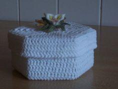 Questa scatola esagonale all'uncinetto è la bomboniera che ho fatto per la comunione di mio figlio, è passato un pò di tempo, ma visto che ogni tanto mi chiedete come si fa, vi metto le spieg… Small Boxes, New Years Eve Party, Baby Shower Favors, Crochet Projects, Free Crochet, Free Pattern, Projects To Try, Shabby Chic, Crochet Patterns