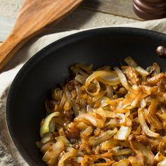 Nothing beats the flavor of caramelized onions We set out on finding different … - Furniture Hack Vidalia Onions, Caramelized Onions, Kitchen Hacks, Japchae, Paella, Tapas, Slow Cooker, Low Carb, Snacks