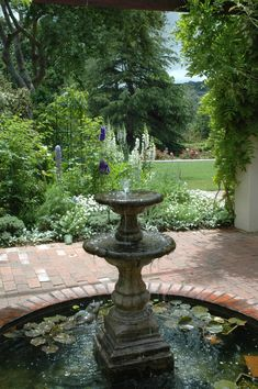 16 Landscape Ideas That Use Water Features - DIY Garten Landschaftsbau Water Wall Fountain, Backyard Water Fountains, Water Fountain Design, Backyard Water Feature, Garden Fountains, Fountain Garden, Outdoor Fountains, Ponds Backyard, Backyard Waterfalls