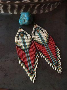 beaded earrings to make Diy Seed Bead Earrings, Beaded Earrings Patterns, Seed Bead Jewelry, Beaded Jewelry, Hoop Earrings, Beaded Bracelets, Wing Earrings, Beaded Necklace, Native American Jewellery