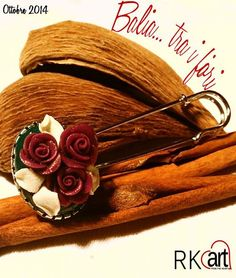 Spilla con rose viola adagiate su foglie bianche e sfondo verde. Per chiudere mantelle, scialli e quant'altro necessiti di un tocco di eleganza.