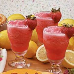 Strawberry Lemonade Slush Recipe Beverages with water, lemonade concentrate, strawberries, ice cubes, club soda Strawberry Orange Smoothie, Strawberry Lemonade, Hard Lemonade, Frozen Lemonade, Pink Lemonade, Slushies, Refreshing Drinks, Summer Drinks, Summertime Drinks