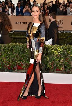 Of Louis Vuitton, actress Alicia Vikander, named best supporting actress for The Danish girl, was again the center of attention in this dress effect 'patchwork' covered 'paillettes' hair ultra smooth and shoes peep toe.