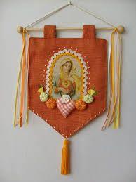 Resultado de imagem para como fazer artesanato com tecidos com a imagem de santos Lace Dream Catchers, Costura Diy, Catholic Crafts, Christmas Crafts, Christmas Ornaments, Christmas 2017, Orange Art, Prayer Flags, Diy Crafts For Gifts