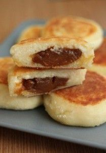 Cheesecakes with condensed milk Ingredients: 500 gr. cottage cheese 8 tbsp semolina sugar (to taste) boiled condensed milk a. Condensed Milk Ingredients, Condensed Milk Recipes, Cheesecake Recipes, Cupcake Recipes, Low Carb Recipes, Cooking Recipes, Fast Recipes, Lunch Recipes, Yummy Recipes
