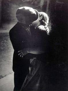 George Brassaï (Halász Gyula, 1899-1984)  Couple s'embrassant. 1932