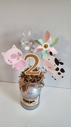 This listing is for one set of barnyard themed centerpieces. Each set includes a number, a pinwheel, and three animals. Each number is 4 in height, the pinwheel is 4 in diameter, and the animals are either 4 in height or 4 in width depending on the shape. Please leave a note during
