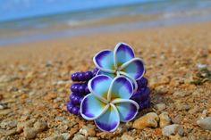 Ce bracelet est un magnifique petit bout qui a été inspiré par les magnifiques îles dHawaii. Il est composé de deux fleurs de plumeria simple mais belle, entourées de belles, violets perles de couleur jade qui le rendent tout simplement charmant !  Faite avec du fil de mémoire qui ne manquera pas daller sur la plupart!! Idéal pour les amoureux des îles dHawaii...    (Fils de mémoire en acier inoxydable)  Goupilles de tête en argent sterling.