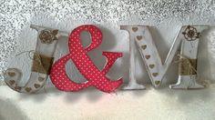Letras de cartón decoradas.