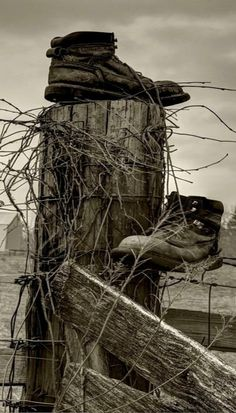 Old Farmers Shoes on Fence. I love this black and white photo. Please support your local farmers! by cristina Dark Paradise, Close My Eyes, Abandoned Houses, Abandoned Places, Dom Quixote, Country Fences, Old Fences, Old Barns, Black And White Pictures