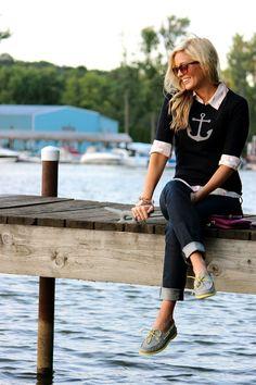 Der klassische Sailor-Look mit gekrempelten Denim-Jeans und grauen/zitronengelben Bootsschuhen. Clarks Bootsschuhe in verschiedenen Farben gibt es hier: http://www.clarks.de/c/damen-bootsschuhe