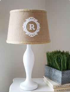 Einige der schönsten DIY Ideen sind Projekte mit recycleten Kartoffelsäcken. Hattet ihr schon mal die Idee, einen alten Kartoffelsack auch anders zu verwenden? Es scheint so, als wäre es die perfekte Möglichkeit für eine wunderschöne Deko fürs Zuhause. Man braucht dafür nur einen Kartoffelsack, eine Nadel, Faden, Spitze und Inspiration, die wir euch weiter unten geben.