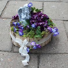 Dekoracja nagrobna; sztuczne kwiaty, kora, mech, dodatki