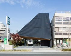 kengo kuma tops aichi confectionery store with vast opaque canopy Black Architecture, Japan Architecture, Cultural Architecture, Sustainable Architecture, Interior Architecture, Ancient Architecture, Landscape Architecture, Kengo Kuma, Shop Interior Design