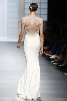 Original escote en la espalda como parte de un vestido Rosa Clará 2016