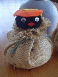 Zwarte Piet gemaakt van een pompoen met een stukje jute! Erg leuk voor schoentraktatie.