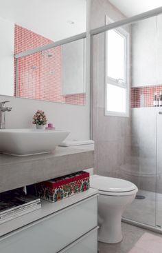 Banheiros pequenos e bem resolvidos. Espelhos e nichos ajudam a ganhar espaço. Publicado na revista CASA CLAUDIA