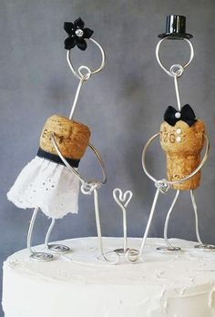 Wedding decor becomes more creative. Take a look at this fresh and unique wedding cake toppers ideas that will totally personalizing your day! Big Wedding Cakes, Wedding Cake Fresh Flowers, Creative Wedding Cakes, Amazing Wedding Cakes, Wedding Topper, Unique Cake Toppers, Diy Cake Topper, Custom Cake Toppers, Brides Cake