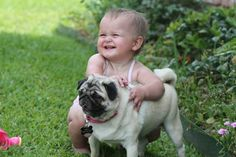 Pugs seem to have a great time with kids. Pugs are very friendly and it is natural to see Pugs and kids playing together. Animals For Kids, Baby Animals, Cute Animals, Top Dog Names, Amor Pug, Laughing Baby, Pugs And Kisses, Baby Pugs, Pug Love