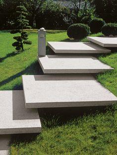 Freitragende Treppen scheinen regelrecht zu schweben und bieten somit ganz besondere Akzente für Ihre Gartengestaltung. Das Conceo-Programm bietet gestrahlte, samtierte und schalungsglatte Ansichtsflächen in fünf verschiedenen Farben.