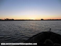 Superbe vue sur le coucher de soleil à bord de notre bateau Zodiac sur le fleuve St-Laurent.