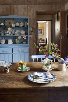 Изюминка кухни в стиле прованс это, безусловно, кухонная мебель и аксессуары. Традиционно, кухонная мебель в этом стиле должна быть визуально тяжелой или хотя бы основательной. В виду этого шкафы, витрины и комоды, которые наиболее актуальны для этого стиля, выполняют из массива дерева: дуб, бука или ореха. Обязательный элемент кухонного интерьера в стиле прованс круглый обеденный стол на массивных опорах.