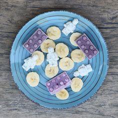 Amamos este snack con Pedrito!!! Hace tiempo me compré en Amazon re-montón de moldes de silicona con formas entretenidas Esta vez elegí hacer yogur congelado con los clásicos legos y los señoritos legos que son tan tiernos La mezcla a congelar no es más yogur griego hecho con mi yogurtera de Oster + semillas de chía y miel! Y para los morados le agregué a la mezcla polvo de maqui y de arándano. #snack #lego #saludable #healthy