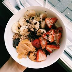 Oatmeal power bowl: cinnamon cooked oats with strawberries, banana, peanut butter, dark chocolate & hemp seeds | #healthy