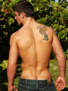 A classic. This pic's at least 10 years old, and it has aged very, very well, from that wonderfully stupid tattoo right down to that wonderfully defined crack. American Guy, Le Male, Muscle Men, Male Beauty, Hot Boys, Gorgeous Men, How To Look Better, Handsome, At Least
