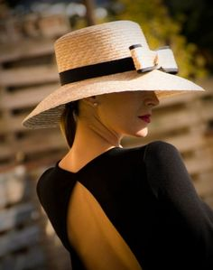 Kopfschmuck und Accessoires www.cristinavilor Tocados y complementos www.cristinavilor… Kopfbedeckungen und Accessoires www. Mode Chic, Mode Style, Outfits With Hats, Mode Outfits, Photo Mannequin, Estilo Glamour, Fancy Hats, Look Vintage, Love Hat