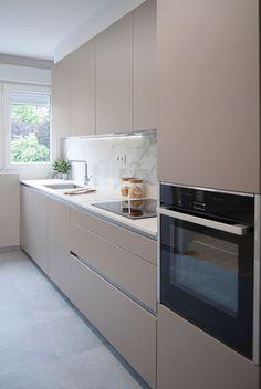 Small Modern Kitchens, Modern Kitchen Interiors, Luxury Kitchen Design, Kitchen Room Design, Kitchen Layout, Home Decor Kitchen, Interior Design Kitchen, Kitchen Modern, Kitchen Ideas