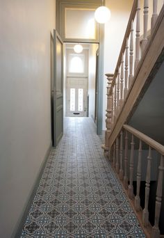 patroon-tegels-vloer-gang Natural Flooring, Stone Flooring, Narrow Hallway Decorating, Tiled Hallway, Entry Stairs, Hallway Designs, Colorful Interiors, Home Deco, Interior Architecture