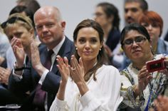 ロンドン(London)で開催されている紛争下の性暴力撲滅を目指す国際会議に出席した米女優で国連(UN)特使を務めるアンジェリーナ・ジョリー(Angelina Jolie)さんと英国のウィリアム・ヘイグ(William Hague)外相(2014年6月11日撮影)。(c)AFP/LEFTERIS PITARAKIS ▼12Jun2014AFP|紛争下の性暴力に関する国際議定書、A・ジョリーさんら発表 http://www.afpbb.com/articles/-/3017472 #Angelina_Jolie #William_Hague