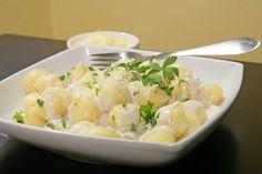 Uvařené a vychlazené brambory oloupeme a nastrouháme najemno. Do nastrouhaných brambor si uděláme dolík, do kterého přidáme mouku, žloutky, rozpuštěné máslo a sůl. Vše důkladně promícháme, aby nám vzniklo tuhé bramborové těsto. Hotové těsto rozdělíme na 3 díly a zkaždého dílu uválíme 1 cm tlustý váleček, který rozkrájíme na malé kousky. Vdlaních ztěchto kousků tvoříme malé noky, které vložíme do vroucí osolené vody. Vaříme 2 až 3 minuty, dokud noky nevyplavou na povrch. Uvařené noky…
