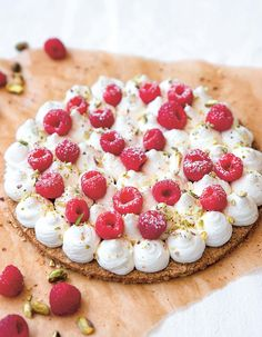"""Pâte + chantilly + framboises = le trio gagnant !. Découvrez la préparation de la recette """"Tarte aux framboises, pâte aux flocons d'avoine"""" No Cook Desserts, Camembert Cheese, Food Porn, Cookies, Ethnic Recipes, Cupcake, Raspberries, Strawberry Fruit, Sweet Recipes"""
