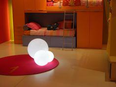 Die Design-Lösungen für Kinder müssen auf gar keinen Fall infantil sein. Moderne Möbel für Kleinen sind oft die gleichen, die auch für Erwachsene bestimmt werden. Eine Lampe in Form von einem Bären oder eines Pinguins? Ein Tisch wie im Bilderb ...