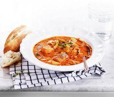 En ljuvlig fisksoppa med en bris från den franska kusten. Med torsk och potatis i blir det riktigt mättande, och soppan blir både len och krämig tack vare crème fraiche. Bryt av en bit baguette och njut. Bon appetit!