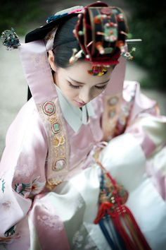 Hanbok with headress/Korea Korean Traditional Clothes, Traditional Fashion, Traditional Dresses, Traditional Styles, Traditional Wedding, Korean Hanbok, Korean Dress, Korean Outfits, Korean Bride