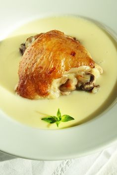 Предлагам ви един съвсем леко по-различен вариант на класическата рецептата за пиле фрикасе.Добавих прясно мляко,което направи соса ...