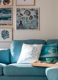 Die Möbel sollten für den Look eher hell gehalten sein und dürfen ruhig charmanten Shabby-Chic versprühen. Für die nötige Urlaubsstimmung sorgt die liebevoll gewählte Deko in passenden Farben, Streifenmuster oder maritimen Prints. Shabby, Throw Pillows, Inspiration, Beach, Home, Matching Colors, Stripe Pattern, Vacation, Living Room